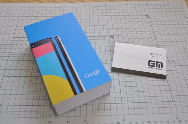 Nexus5本体が梱包された箱とイーモバイルのSIM